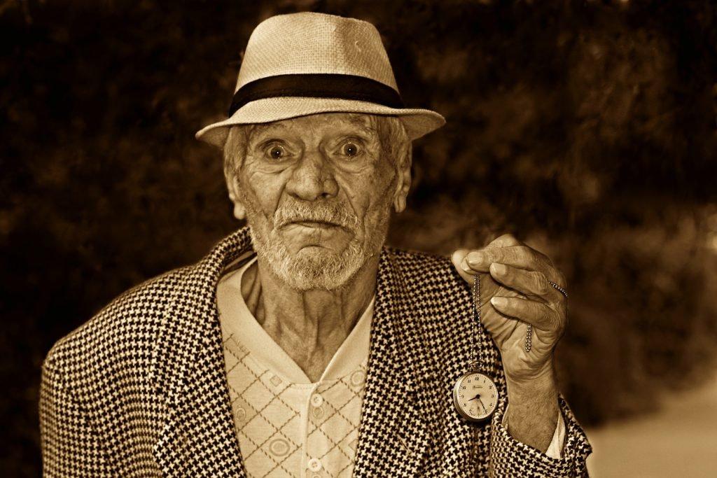oude man met horloge